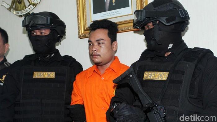 Tersangka Haris Simamora (HS) pelaku pembunuhan satu keluarga di Bekasi. Foto: Lamhot Aritonang