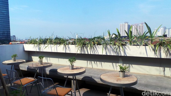 Waktu terbaik untuk ke sini tentu saja saat malam hari. Dari rooftop ini kalian bisa menikmati pemandangan gedung-gedung pencakar langit Jakarta yang berwarna-warni. Cakep! (Wahyu/detikTravel)