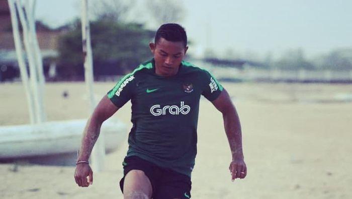 I Dewa Kadek Dwipayudha bersiap tampil di Piala AFF bersama Timnas Indonesia bola pasir. (dok. Brimob Polda Bali)