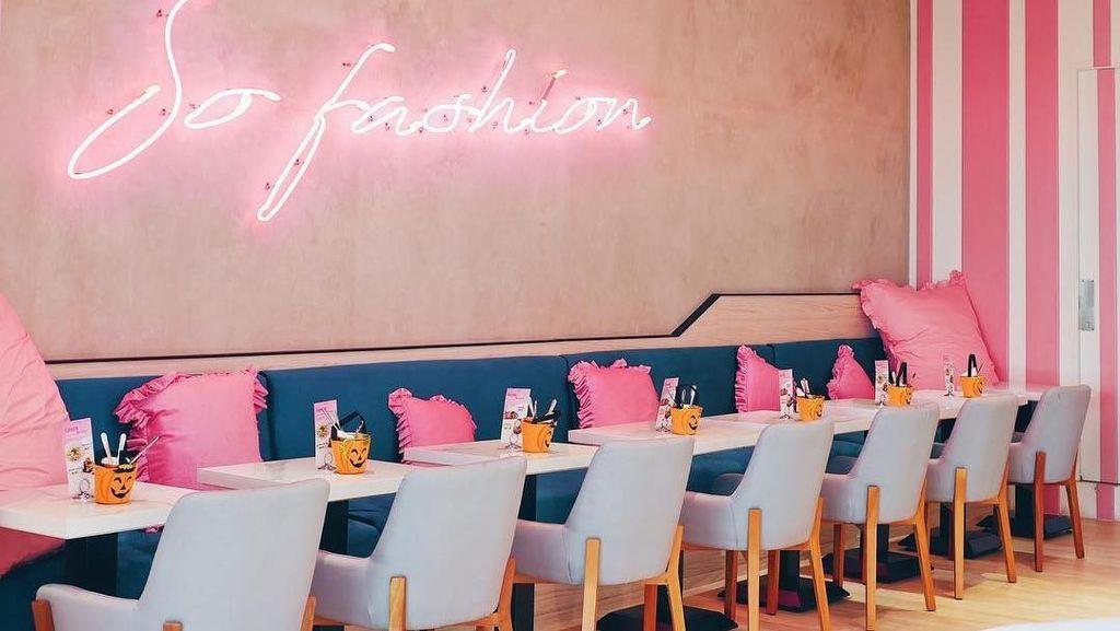 Ngopi Sore di Resto Kafe Kekinian Sambil Berfoto dengan Neon Hits
