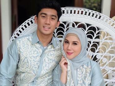 Memakai baju dengan nuansa couple seperti ini, semakin membuat Marini Zumarnis dan anaknya terlihat seperti kakak adik ya, Bun? (Foto: Instagram @marinizumarnisreal)