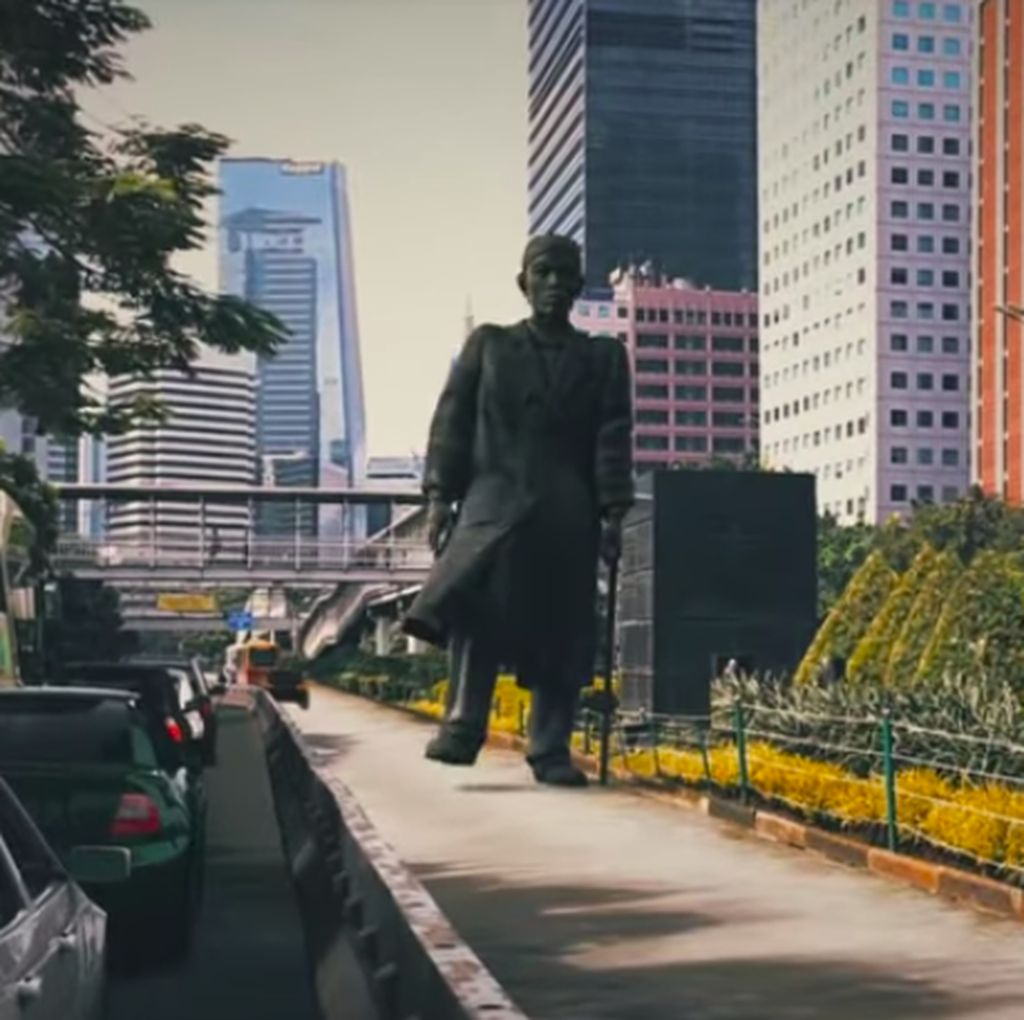 Viral Patung Jenderal Sudirman Hidup dan Halau Mobil yang Masuk Busway