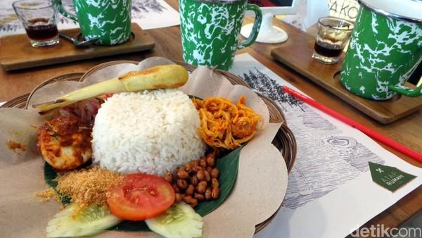 Untuk menu andalannya, ada nasi ayam sambal matah. Ada juga nasi campur Bali dan aneka masakan khas Indonesia lainnya yang rasanya lezat. (Wahyu/detikTravel)
