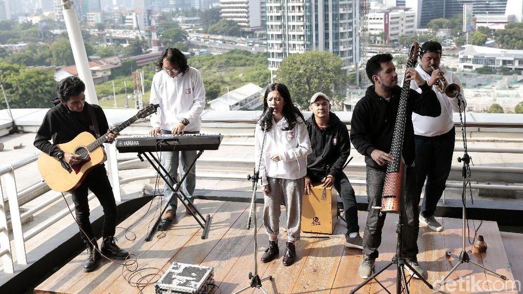 Menikmati Sebuah Lagu dari Payung Teduh di Rooftop detikcom