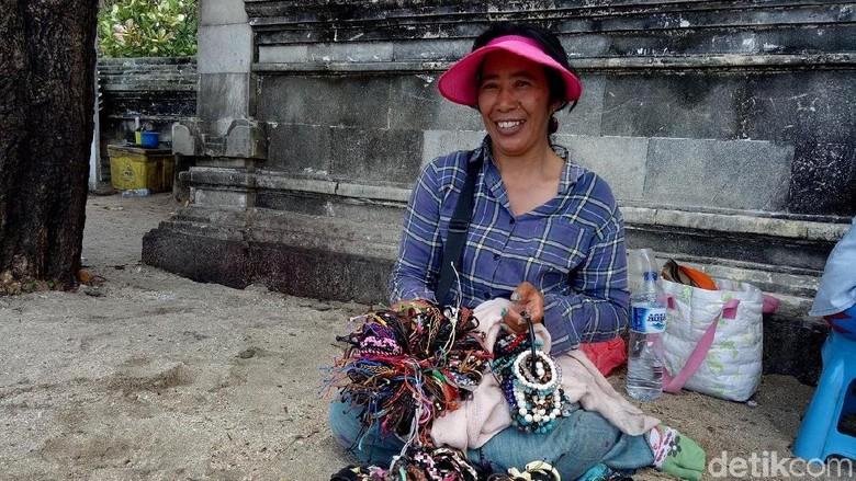 Pedagang gelang di Pantai Kuta (Aditya/detikTravel)