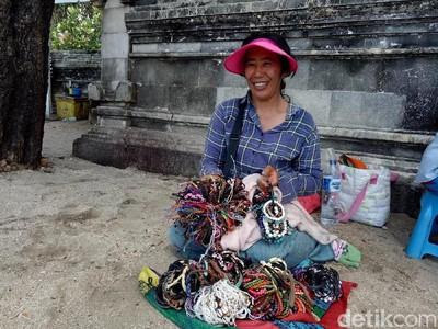 Suka Duka Pedagang Gelang di Pantai Kuta