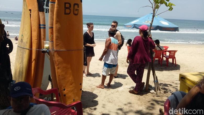 Foto: Pedagang dan turis di Pantai Kuta Bali (Aditya/detikTravel)