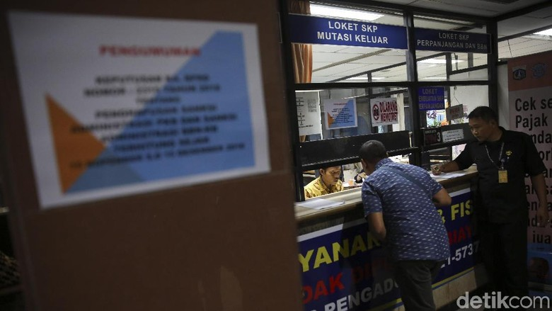 Ilustrasi pembayaran pajak kendaraan Foto: Agung Pambudhy