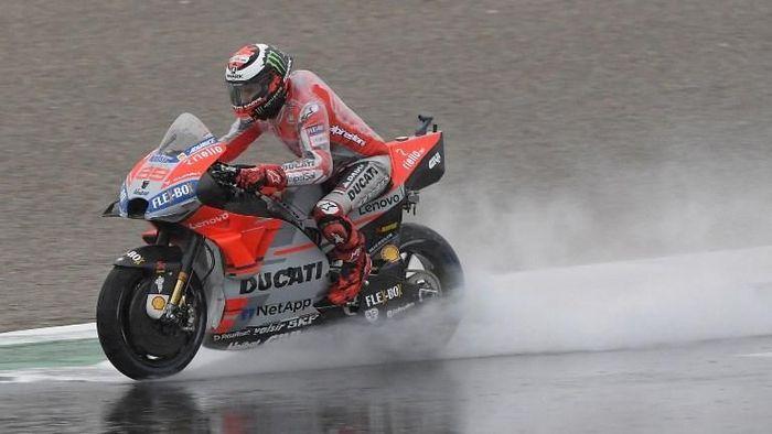 Jorge Lorenzo gagal tampil maksimal di dua latihan bebas pertama MotoGP Valencia. (Foto: Jose Jordan/AFP Photo)