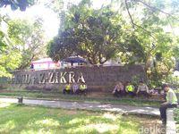 Polisi berjaga di lokasi