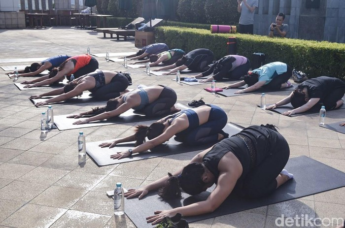 Sekilas mungkin yoga tampak seperti olahraga malas-malasan, hanya menekuk-nekuk kaki dan tangan atau punggung lalu duduk di atas sebuah matras. (Foto: Frieda Isyana Putri/detikHealth) Foto: Frieda Isyana Putri/detikHealth
