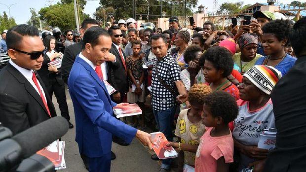 Jokowi saat bagi-bagi buku di Merauke.