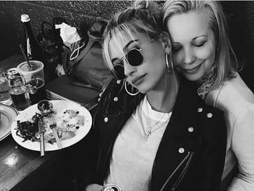 Hailey akrab banget ya sama bundanya. Malah terlihat seperti teman lho. (Foto: Instagram/ @haileybieber)