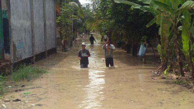 Hujan deras mengakibatkan Krueng Pase meluap dan merendam rumah warga. Warga mulai mengungsi.
