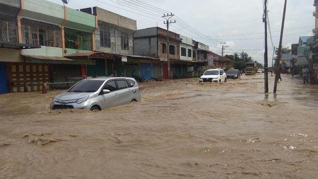 Jalanan Lintas Nasional Banda Aceh-Medan terendam banjir.