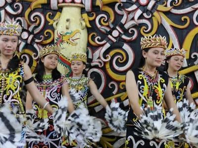 6 Fakta Suku Dayak: Gadis Cantik Hingga Tato