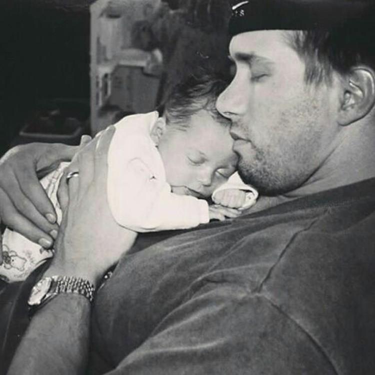 Bagi seorang anak, tidur di pelukan ayah memang bisa bikin tidur pulas ya. (Foto: Instagram/ @haileybieber)