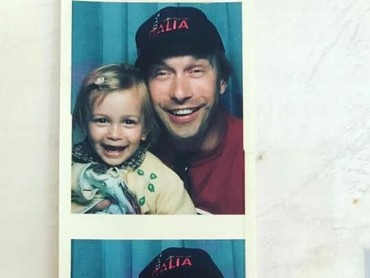 Hailey Baldwindan ayahnya bergaya kompak banget di foto ini. (Foto: Instagram/ @haileybieber)