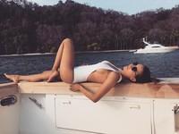 Saat liburan tiba, Elena akan memilih untuk bersantai dari keramaian dan tampil seksi. (elenacorreau/Instagram)