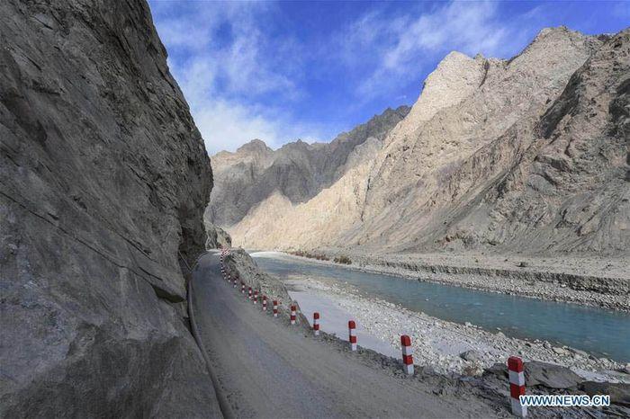 Foto ini diambil pada 15 November 2018 menunjukkan jalan di Kotapraja Datong dari Taxkorgan, County Otonomi Tajikistan, wilayah otonomi Xinjiang Uygur di China barat laut. Istimewa/Xinhuanet.