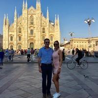 Sangat dekat dengan sang ayah, Elena tampak sering liburan bersama. Ini gayanya di Duomo di Milano. (elenacorreau/Instagram)