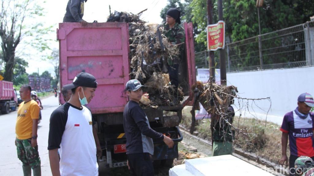 4 Ton Sampah Diangkut di Sungai Cisaraya Majalaya