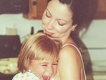 Kalau ini foto Hailey Baldwin bersama ibunda tercinta. Dia terlihat sangat bahagia dipeluk sang bunda. (Foto: Instagram/ @haileybieber)