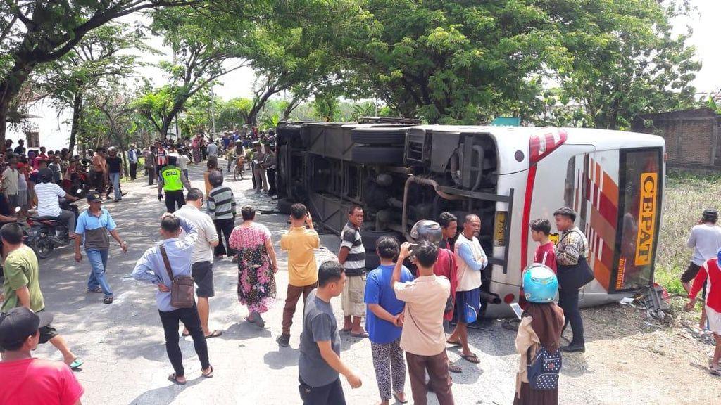 Bus Eka Terguling di Ngawi, 13 Penumpang Terluka
