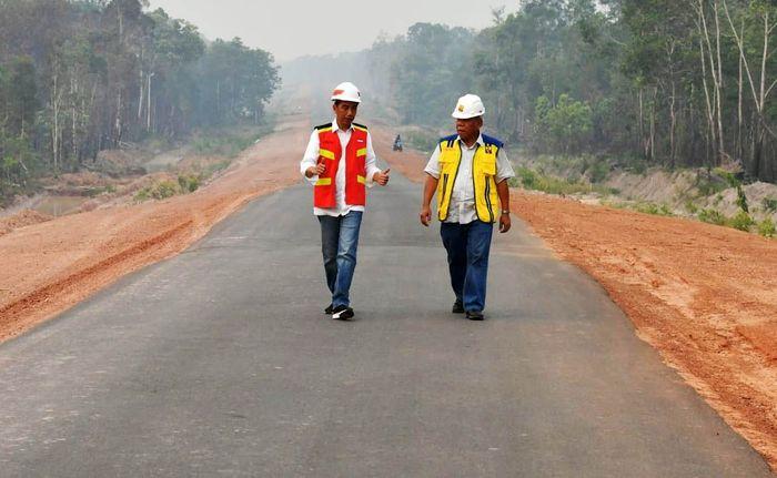 Ruas jalan yang ditinjau Presiden Jokowi tepatnya berada pada kilometer 23 ruas Jalan Merauke-Sota di Kabupaten Merauke. Jalan ini merupakan rangkaian dari ruas Merauke-Sota-Boven Digoel sepanjang 442 kilometer (km). Laily Rachev/Biro Pers Setpres.