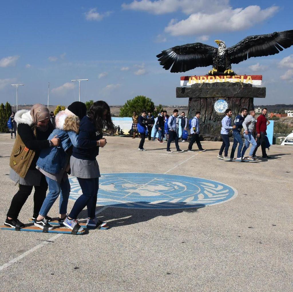 Saat Para Siswa Lebanon Bermain Bakiak di Markas TNI-UNIFIL