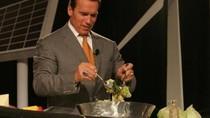 Suka Salad dan Makanan India, Ini Pose Arnold Schwarzenegger Saat Kulineran