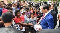 Sebelum ke PNG, Jokowi Sapa Warga dan Bagi Buku di Merauke