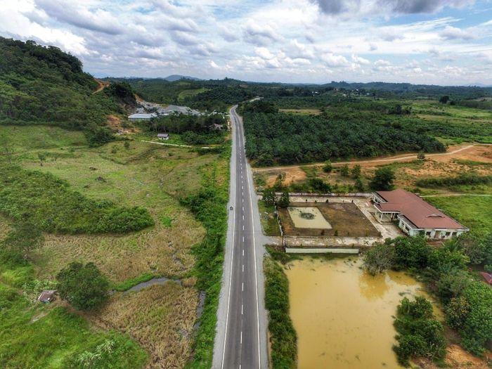 Dikutip dari Instagram PT Wijaya Karya, proyek pelebaran jalan di perbatasan Malaysia ini merupakan program pemerintah melalui Kementerian PUPR untuk memajukan infrastruktur wilayah perbatasan mulai dari renovasi PLBN Entikong hingga perbaikan jalan akses sekitarnya. Proyek pelebaran dan penambahan jalur jalan Batas Serawak-Entikong-Balai Karangan-Kembayan ini terbentang sepanjang 42 km. Pool/PT Wijaya Karya Tbk.