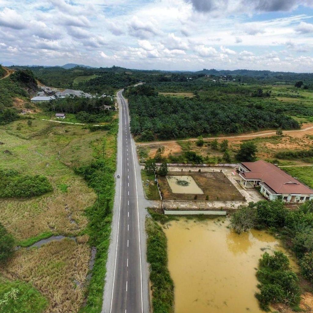 Jalan Perbatasan di Kalimantan Dilebarkan dan Dibikin Mulus