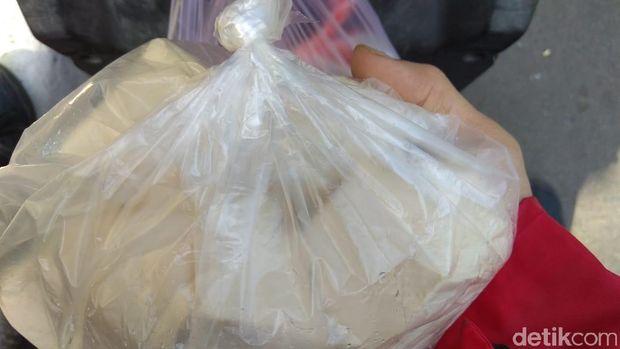 Satu kantong plastik tahu putih