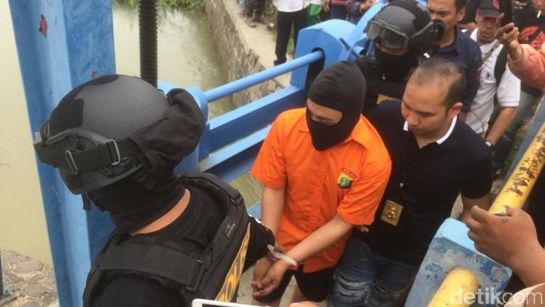 Haris Pembunuh Satu Keluarga Dibawa Cari Linggis di Kalimalang