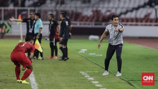 """<i>Head to Head</i> Uni Emirat Arab vs Indonesia: Imbang""""/>BimaSakti, yang kini melatih Timnas Indonesia U-16, pernah berhadapan dengan UEA.(CNN Indonesia/Adhi Wicaksono)</div> </div> </td> </tr> </tbody> </table> <p>Pertemuan ketiga antara negara Asia Barat dan Asia Tenggara ini terjadi pada Asian Games 1986. Ricky Yakob membuat Indonesia unggul 1-0 pada awal babak kedua. Tim Garuda kemudian sempat tertinggal di babak tambahan sebelum Jaya Hartono membuat skor menjadi imbang 2-2. Laga pun berlanjut ke babak adu penalti dan Indonesia melaju ke partai semifinal.</p> <p>[Gambas:Video CNN]<br />Satu dasawarsa setelah pertemuan di Asian Games, Timnas Indonesia kembali berjumpa UEA dalam ajang Piala Asia 1996, tepatnya laga terakhir fase grup. </p> <p>Ketika itu UEA menang 2-0 atas Timnas Indonesia yang saat itu diperkuat Bima Sakti, Widodo C Putro, Yeyen Tumena, dan Hendro Kartiko.</p> <table align="""