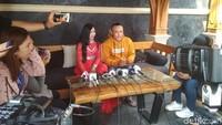 Sule mengajak rekan media untuk mengobrol soal single terbaru bersama adik iparnya, Nurlaela. Foto: Hanif Hawari/ detikHOT