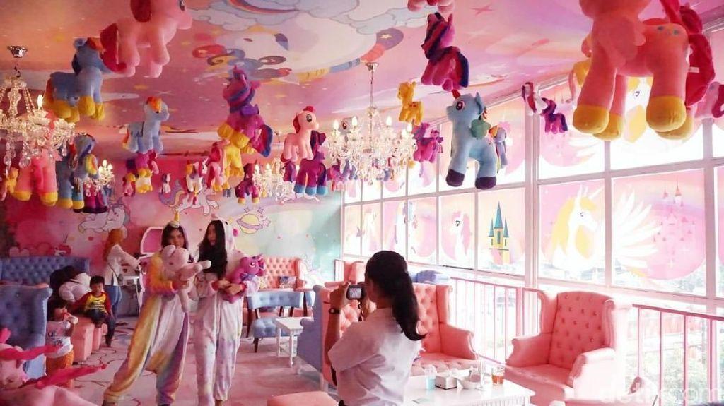 Seru! Nongkrong Bareng Gudetama hingga Unicorn di Kafe Ini