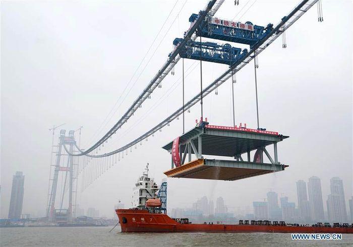 Pembangunan jembatan gantung dek ganda dengan rentang terpanjang di dunia berlokasi di sepanjang Sungai Yangtze di Wuhan, ibukota Provinsi Hubei di Cina tengah. Istimewa/Xinhuanet.