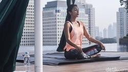 Olahraga yoga makin digandrungi berbagai khalayak hingga kini. Terbilang cukup kuno dan sakral, yoga tak hanya sehatkan fisik namun juga mental. Tertarik?