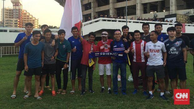 Para suporter Timnas Indonesia banyak bersahabat dengan para pendukung timnas Thailand. (