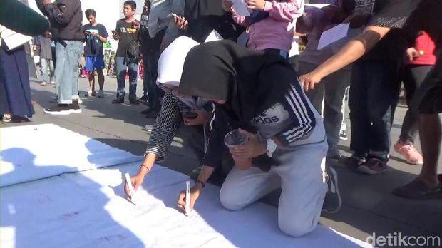 Gelar Aksi, Mahasiswa di Makassar Minta Jokowi Bebaskan Nuril