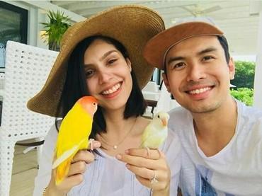 Semoga cinta mereka abadi ya, seperti sepasang love bird yang dipegangChristian Bautista dan Kat. (Foto : Instagram/ @katramnani)
