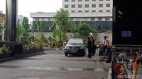 Mobil yang membawa Bupati Remigo tiba di Gedung KPK, Jl Kuningan Persada, Jakarta Selatan, pukul 14.33 WIB, Minggu (18/11/2018). Foto: Eva Safitri/detikcom
