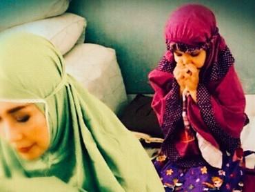 Bersama salah satu cucunya yang bernama Arundhati, putri Roma Sophiaan. (Foto: Instagram @phandya)