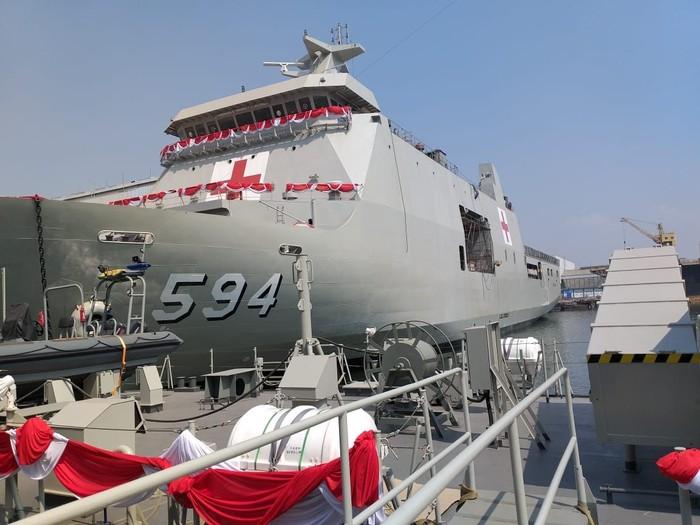 Bagi negara yang dikelilingi cincin api seperti Indoesia, kapal bantu RS punya arti penting dalam penanganan bencana dan bakti kepada masyarakat. (Foto: Kolonel Laut dr Mozart SpB.)