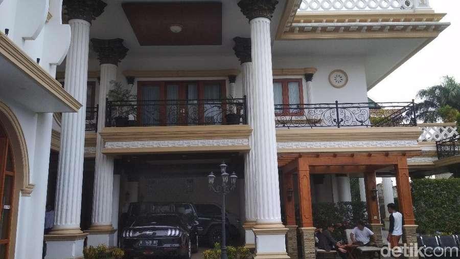 Seperti Istana, Begini Kediaman Sule di Bekasi