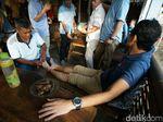 Di Purworejo, Sandi Nkmati Dipijat Sambil Santap Pisang Bakar