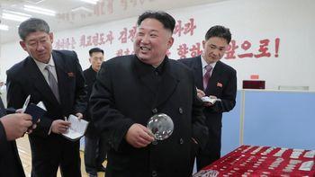 Foto: Gaya Kim Jong Un 'Blusukan' ke Pabrik Gelas Daekwan